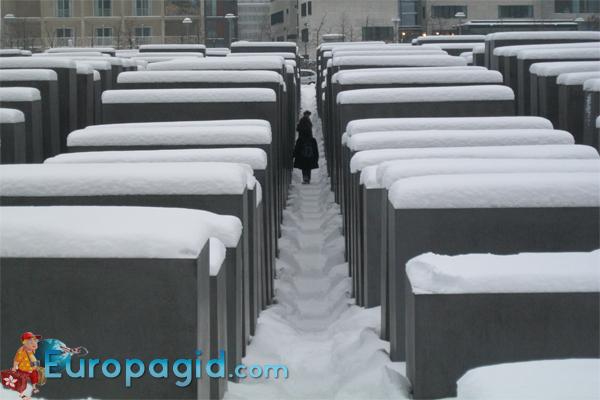 Мемориал памяти убитых евреев зимой